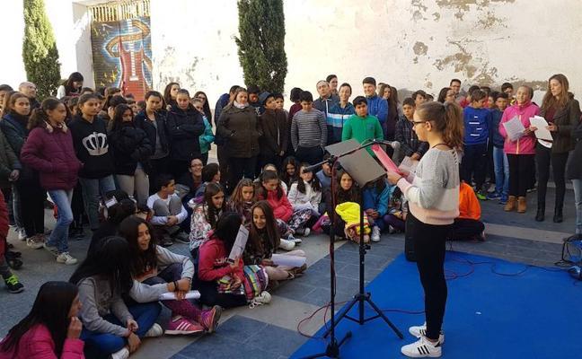 Estudiantes ofrecen un recital de poesía en homenaje a Miguel Hernández