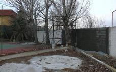 El Ayuntamiento instala una red en la pista de futbito y acomete mejoras en el muro perimetral del polideportivo municipal