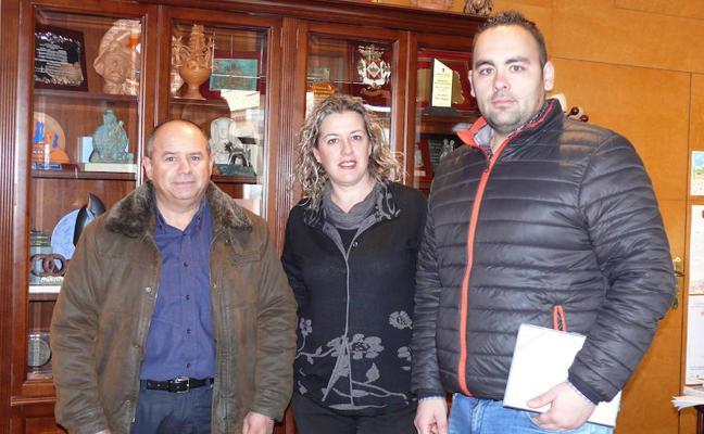 La alcaldesa formaliza el acta de replanteo para el inicio de las obras en la Barriada de la Fiñanica