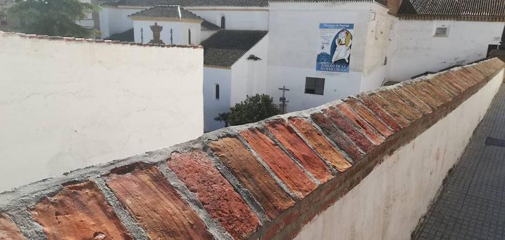 Ayuntamiento y Empresa de la Limpieza eliminan pintadas que habían dañado espacios públicos