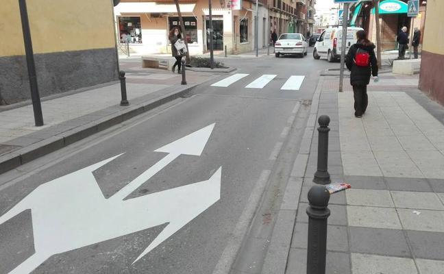 Tareas de pintura para repasar la señalización vial en diversos puntos