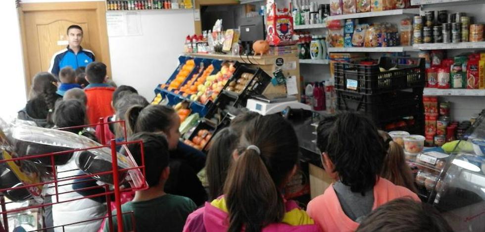 El taller 'Conoce tu comercio' acerca a los escolares a este sector tradicional de la ciudad