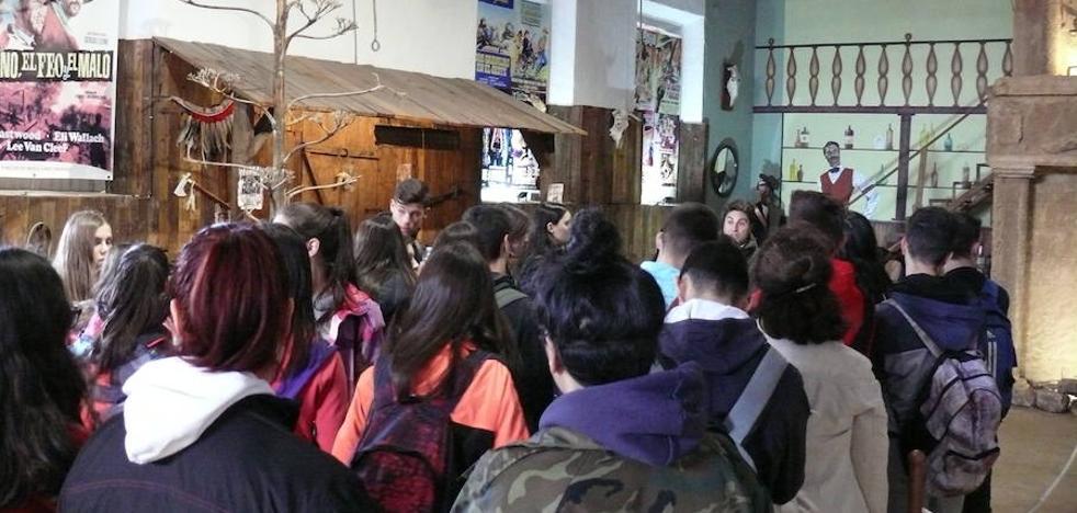 El IES Acci visita la exposición permanente 'Guadix de Cine'
