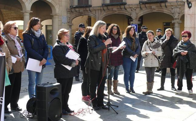Guadix celebra su concentración mensual contra la violencia de género con el recuerdo de Mª Pilar Cabrerizo