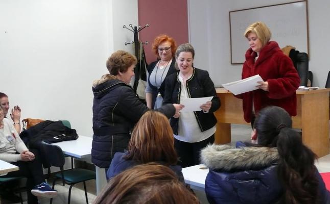 Clausura y entrega de diplomasen los cursos sobre autoconocimiento y sobre bienestar familiar