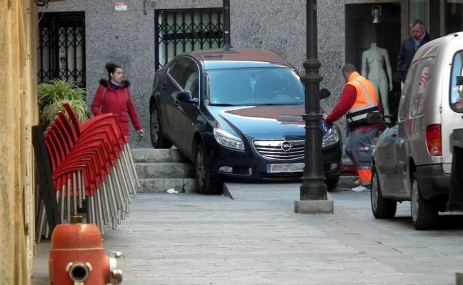 Un conductor se queda encajado en la calle Duque de Gor siguiendo las indicaciones del GPS