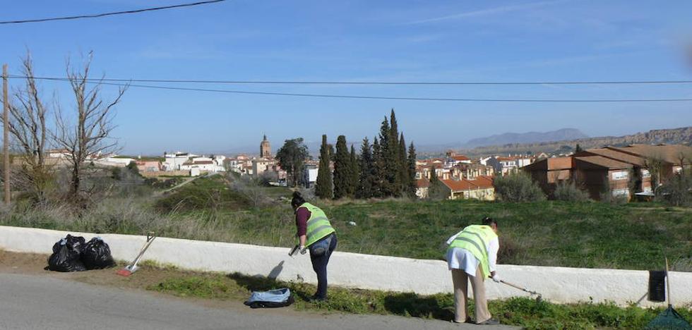 El Programa Extraordinario de Ayuda a la Contratación realiza actuaciones de pintura y limpieza