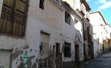IU pone de manifiesto el estado de abandono del barrio de Santa Ana
