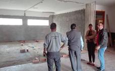 Visita a las obras del PFEA Especial en ejecución en el antiguo edificio de Educación Infantil conocido como «PUA pequeño»