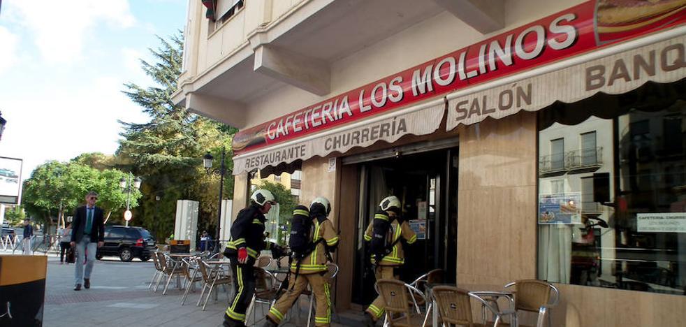 Un incendio en la cafetería Los Molinos sorprende a Guadix a primera hora de la mañana