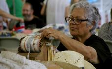 200 encajeras evocan el arte del bolillo en Huétor