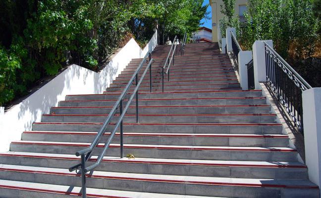 Huétor Vega arregla las escaleras que comunican la calle Carmen con San Rafael