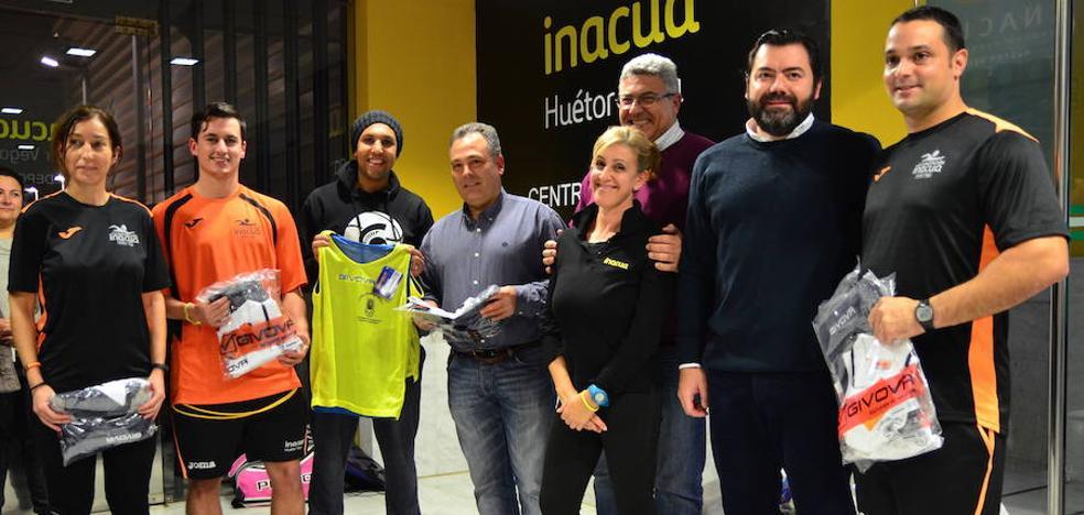 El Ayuntamiento viste a los deportistas de Huétor Vega