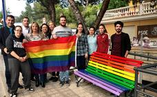 El PSOE de Huétor Vega pinta la bandera arcoíris en un banco