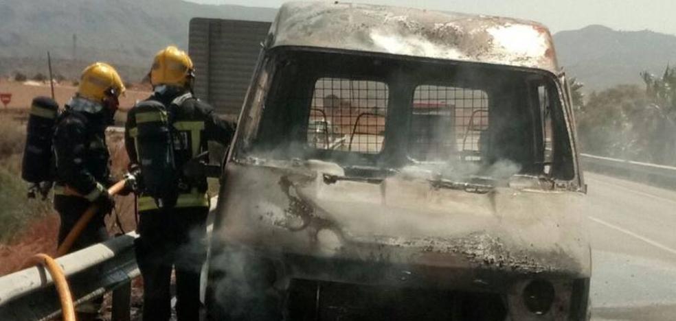 Arde un nuevo vehículo en la A-7