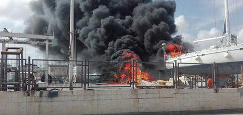 Extinguido el incendio en los astilleros de Carboneras, que deja a siete asistidos por inhalación