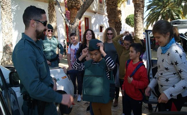 Los escolares disfrutan de las fuerzas y cuerpos de seguridad del Estado