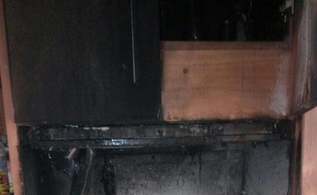 Una persona resulta afectada por inhalación de humo en el incendio de su cocina en Vera