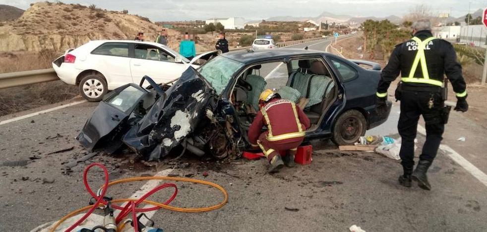 Un choque frontal de dos coches en Cuevas deja dos heridos graves