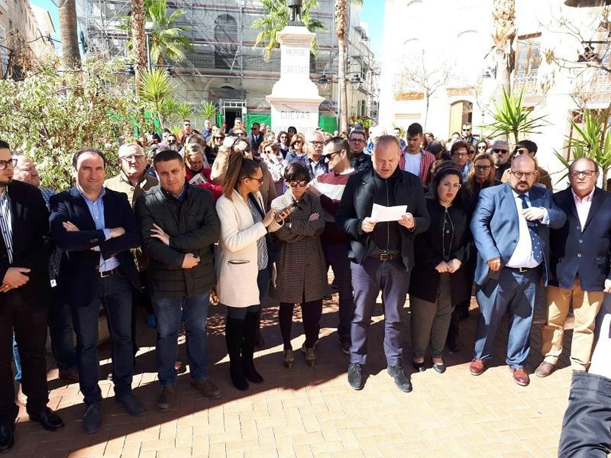 Emotivos minutos de silencio por la muerte de Gabriel Cruz