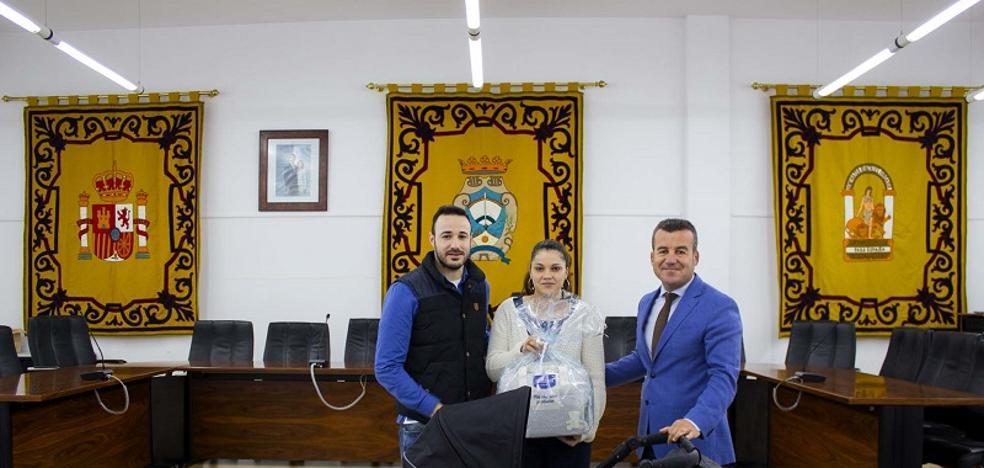 El Ayuntamiento de Carboneras regala cestas de bienvenida a los recién nacidos