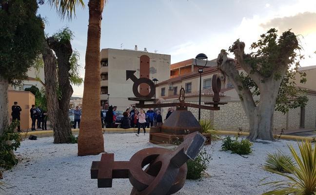 Inaugurada la 'Balanza de la igualdad' realizada por estudiantes de Cuevas