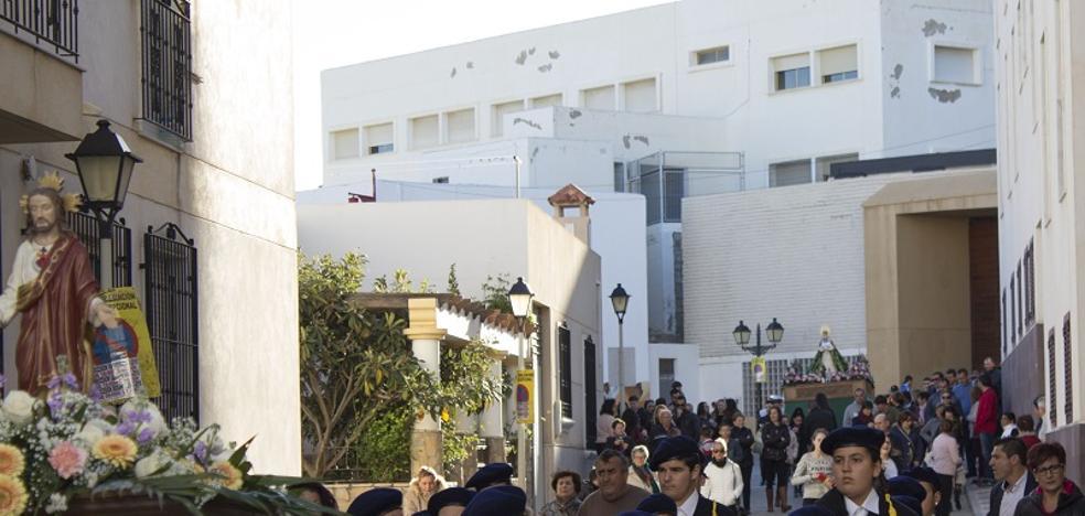 Centenares de personas acompañan a La Borriquita y a María Santísima de las Angustias por Carboneras