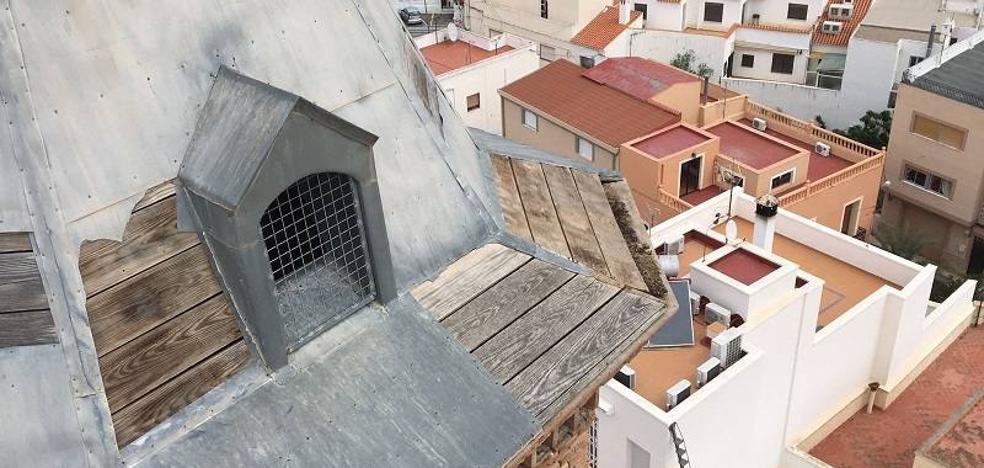 El viento ocasiona daños materiales en la torre de la iglesia de Turre