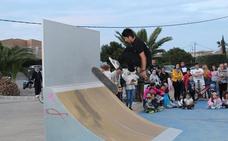 Los jóvenes de Pulpí ya disfrutan de la pista de skate