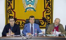El independiente Felipe Cayuela toma posesión como alcalde de Carboneras tras la inhabilitación de su antecesor