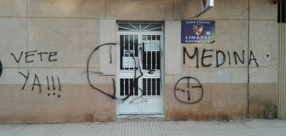 Unos vándalos llenan de pintadas la sede del Linares y el campo de fútbol