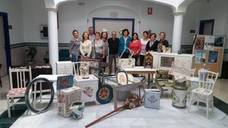 Jubilados de Huétor Tájar aprenden a hacer manualidades gracias a un taller municipal