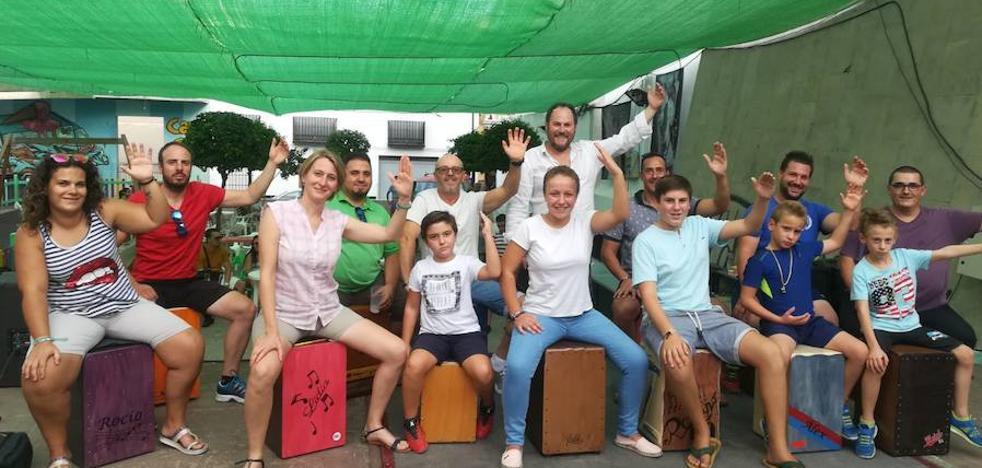 El ritmo flamenco reúne a niños y jóvenes en la I Cajonada 'Teoletera'