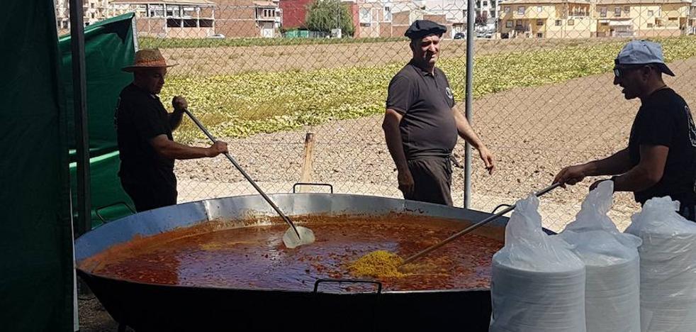 La paella gigante de la feria hueteña recauda 2.150 euros para ayudar a los vecinos con menos recursos