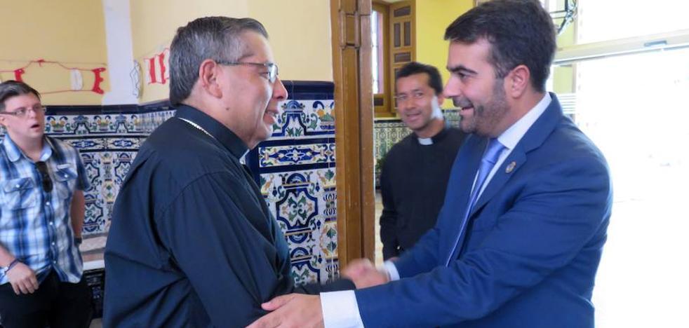 El obispo de Loja de Ecuador estrecha lazos con el Ayuntamiento lojeño
