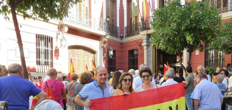 """Cerca de 300 personas se concentran ante el Ayuntamiento lojeño """"por la unidad de España"""""""