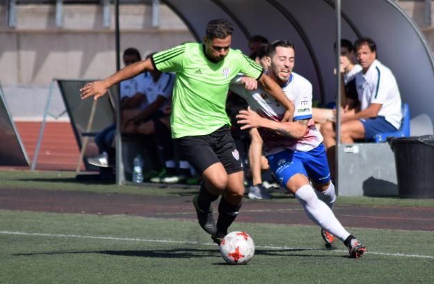 Un jugador del Vélez se muestra imparable en el encuentro. ddfdf3c368