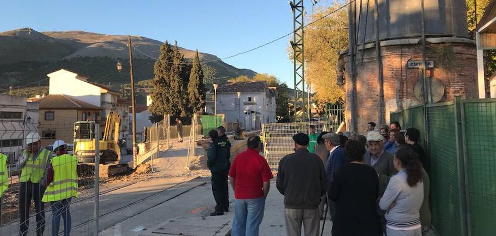"""Algunos vecinos de La Estación, preocupados por el """"inminente"""" corte del paso peatonal del barrio lojeño"""