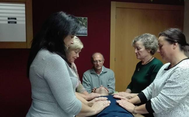 Sesiones gratuitas de 'reiki' alivian las dolencias de los hueteños