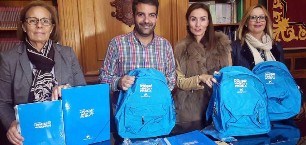 70 escolares lojeños reciben material escolar de la Obra Social de la Caixa