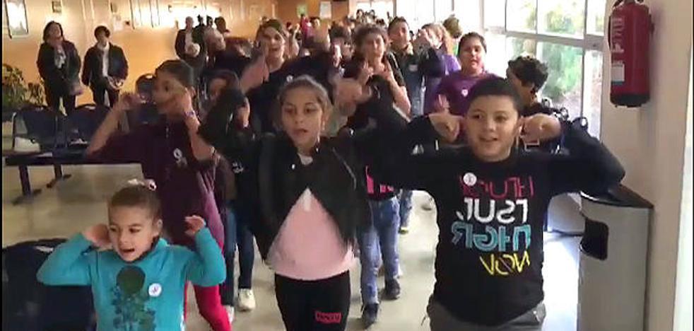 Los niños del colegio Elena Martín Vivaldi de Loja bailan contra la violencia machista