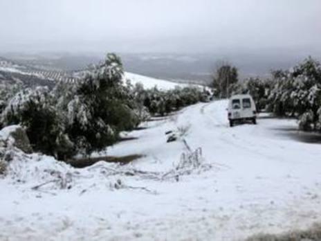 La nevada de Reyes hace necesarias las máquinas quitanieves en la carretera de Ventorros