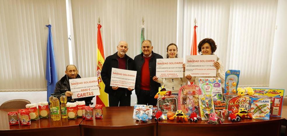 El Ayuntamiento hueteño dona más de 8.600 euros, juguetes y comida a cuatro ONGs locales