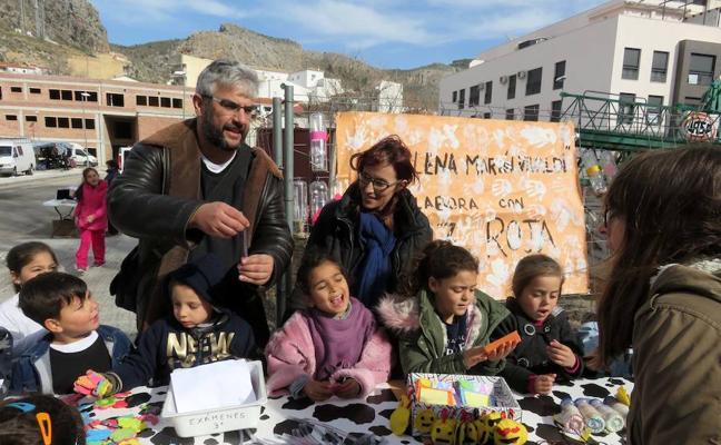 El colegio Elena Martín Vivaldi monta un 'tenderete por la paz'