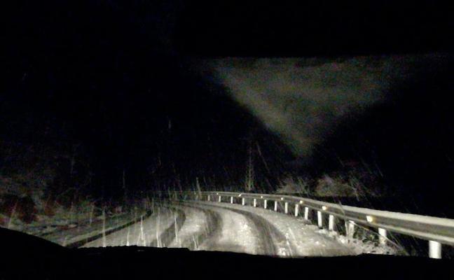 La nieve empieza a complicar la circulación en la A-92 por Loja y en la carretera de Ventorros