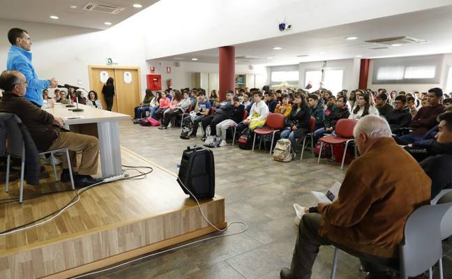 Alumnos hueteños conocen las vivencias de varios reclusos de la cárcel granadina