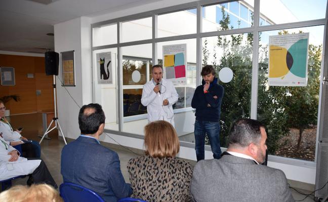 Cruz Roja expone 'La creatividad al principio', carteles con la filosofía de la ONG y hechos con la participación de niños lojeños