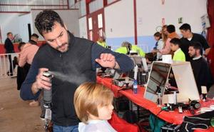 Una gran 'peluquería' solidaria para conseguir la prótesis de Paquillo