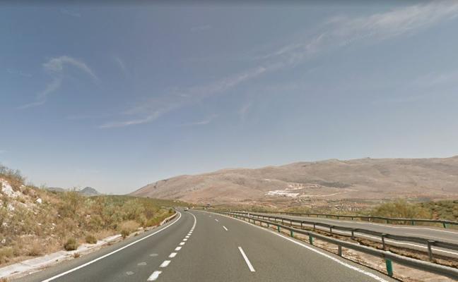 Arde un vehículo junto a la A-92 en la zona de Cuesta de La Palma