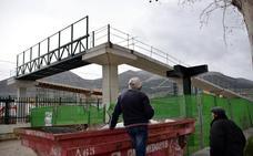 Instalan sobre la vía del AVE la pasarela peatonal del barrio lojeño de La Estación